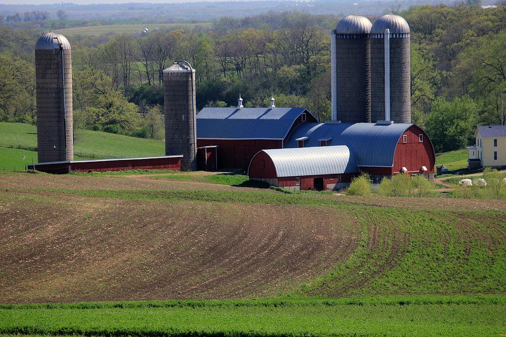 wisconsin-farm-silos-and-barn