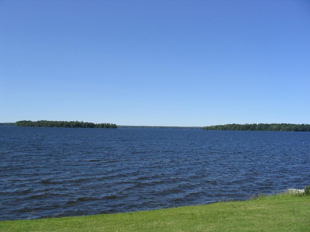 Oneida_Lake_seen_from_Yacht_Club_in_Cicero_New_York